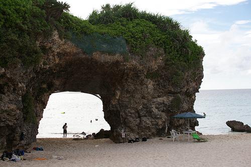 砂山ビーチの石の洞窟