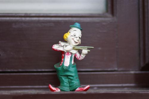 鎌倉の路地で見つけたピエロのバイオリン弾き