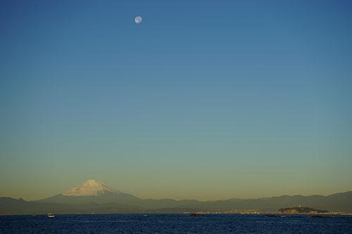冨士と月と江ノ島と